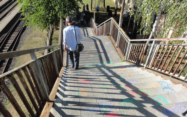 Schody na most so smajlíkmi.