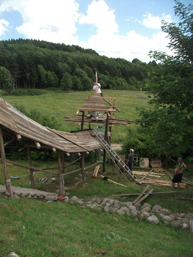 Hradisko, ktoré vzniká blízko Železnej Breznice. Niečo podobné by chceli aktivisti vybudovať aj na Hrádku pri Balážoch.