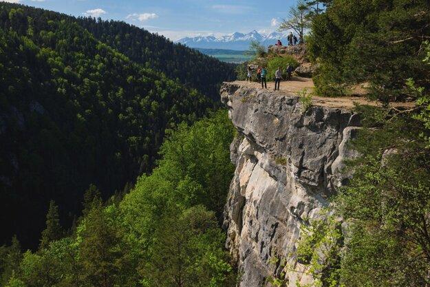 Tomášovský výhľad v NP Slovenský raj. Skalná galéria, pri dobrej viditeľnosti s výhľadom na Vysoké Tatry, je obľúbeným horolezeckým terénom.