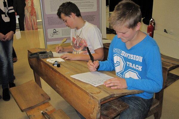 Žiaci si mohli vyskúšať písanie brkom v starodávnej lavici.