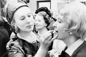Estée Lauder vľavo pri predvádzaní svojej kozmetiky