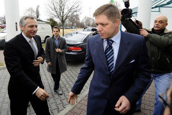 Premiér Robert Fico (Smer) otvára lacné diaľnice, ktoré vytendroval bývalý minister dopravy Ján Figeľ (KDH). Nezdraželi, ako tvrdil Fico.