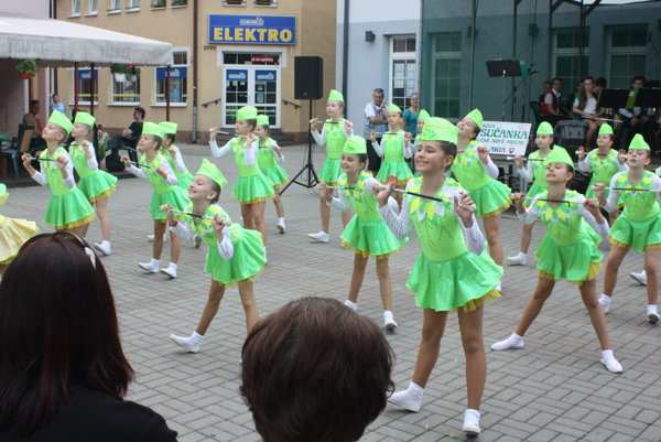 Mažoretky Asanky sa postarali o otvorenie 33. ročníka kultúrneho leta v Kysuckom Novom Meste.