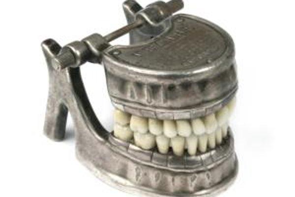 Starodávna zubná protéza. Možno aj takúto nájdete na expozícii hradu Modrý kameň, ktorý vám predstavíme vo videu.