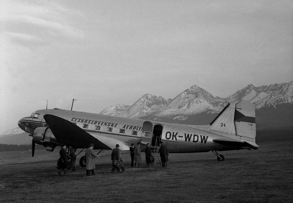 Na archívnej snímke z 18. apríla 1956 v Tatrách otvorenie dopravy na nových leteckých linkách.