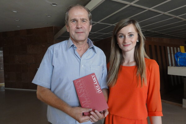 Milan Hodál s dcérou Lenkou, ktorá mu knižku ilustrovala.