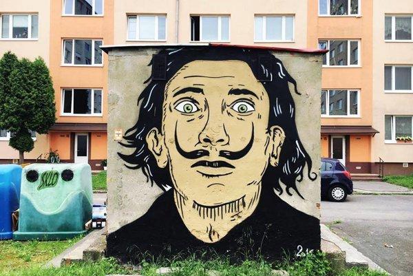 Žarnovičanov každé ráno z jednej strany víta z posprejovanej búdky Salvador Dalí.