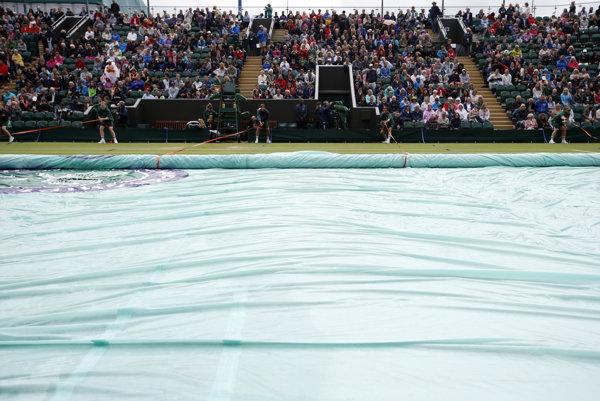 Archívna fotografia z Wimbledonu 2016, kedy museli kvôli dažďu prerušiť voľnú nedeľu.