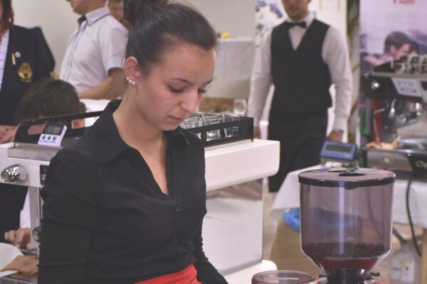 Lucia Zborilová počas mletia kávy.