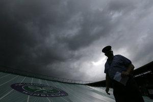 Počasie vo Wimbledone komplikuje priebeh turnaja.