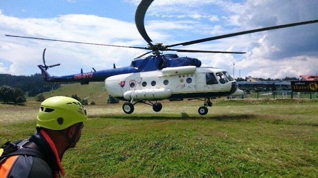 V pátracej akcii pomáhal aj vrtuľník s termovíziou.