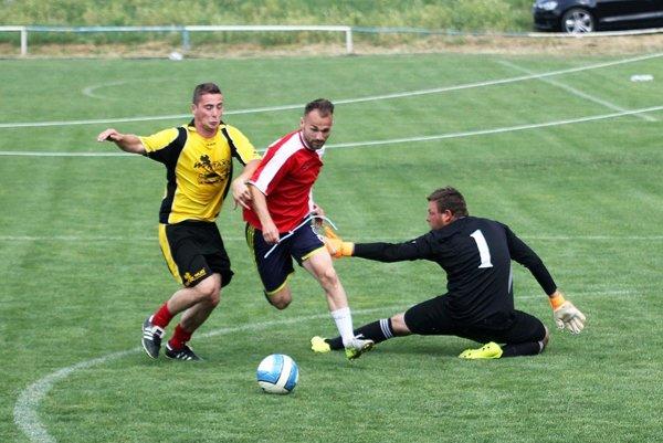 Momentka zo štvrťfinálového zápasu Geiss (neskorší víťazi) - Bečica. Zľava Kevin Rimanovský, Patrik Adámek a František Šíma.