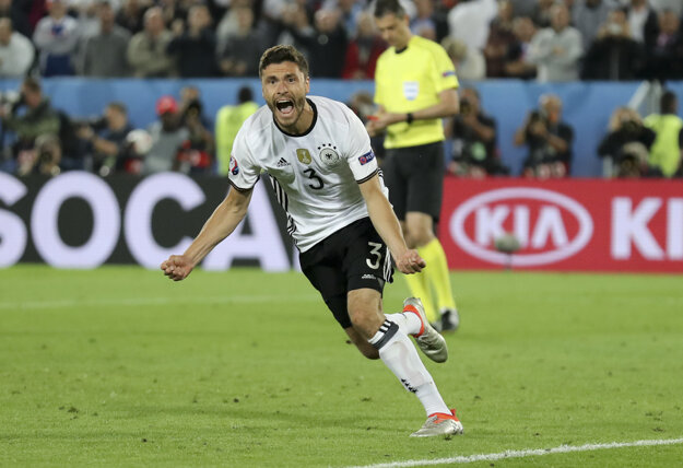 Nemecký obranca Jonas Hector premenil rozhodujúcu penaltu.