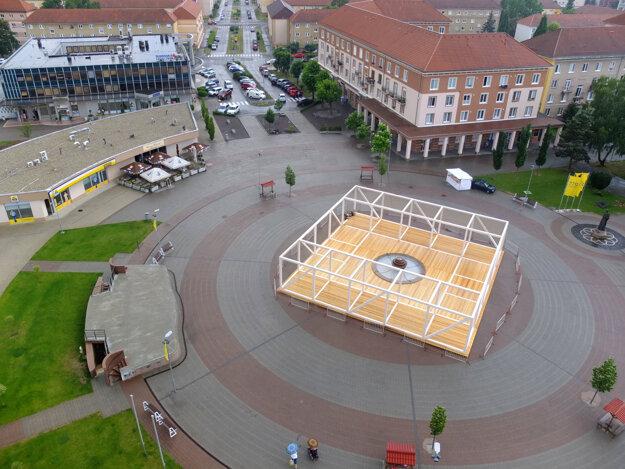 V kruhovej časti námestia pribudla konštrukciu so štvorcovým pôdorysom 20x20 metrov.