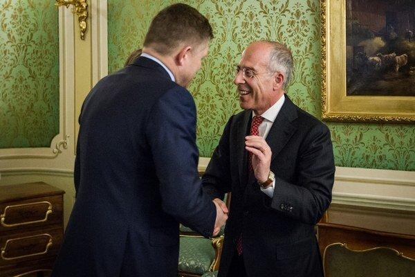 Premiér Robert Fico (vľavo) a generálny riaditeľ Enelu Francesco Starace.