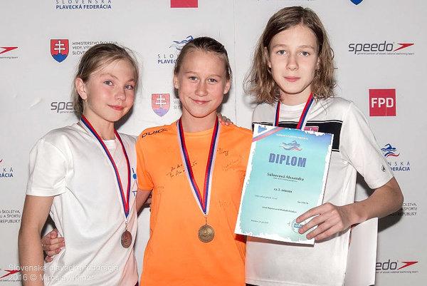 Nina Hodoňová (prvá zľava) si v disciplíne 200 m voľný spôsob vyplávala striebornú medailu.