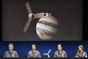Americká družica Juno a pracovníci NASA.
