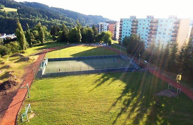 Zrekonštruovaná atletická dráha.