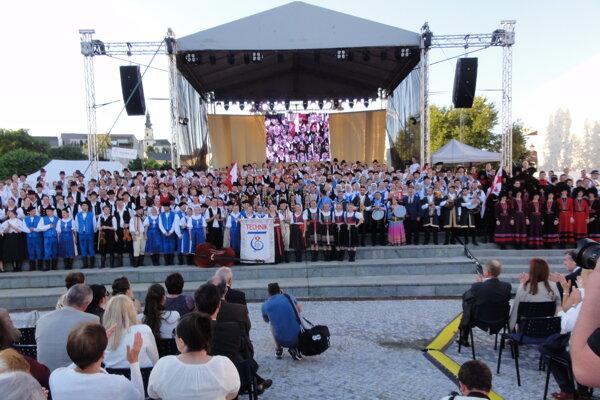 Na námestí v Nitre bolo 646 ľudí v krojoch.