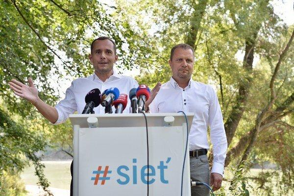 Predseda strany SIEŤ Radoslav Procházka a podpredseda strany a primátor mesta Martin Andrej Hrnčiar.