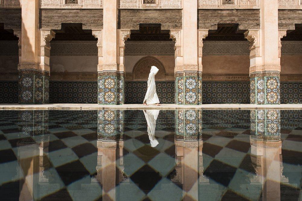 1. miesto kategória Mestá. V Ben Youssef v marockom Marakéši bolo veľa ľudí a na perfektné načasovanie si autor musel počkať veľmi dlho.