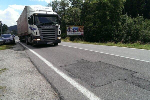 Medzinárodná cesta I/10 v Makove je vo veľmi zlom stave, niektoré úseky sú doslova katastrofálne.