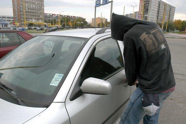 Krádež auta. Ak ho zlodeji chcú, môžete im krádež iba sťažiť.