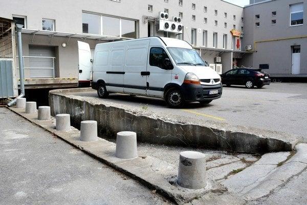 Betónové stĺpiky. Sú iba na jednej strane, ale neprehliadnuteľné. Autá by už do zjazdu zapadať nemali.