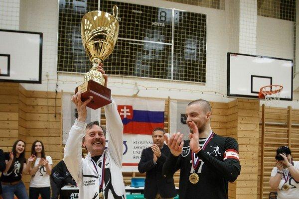 Prezident klubu strofejou. Juraj Dudovič sa teší zmajstrovského titulu.
