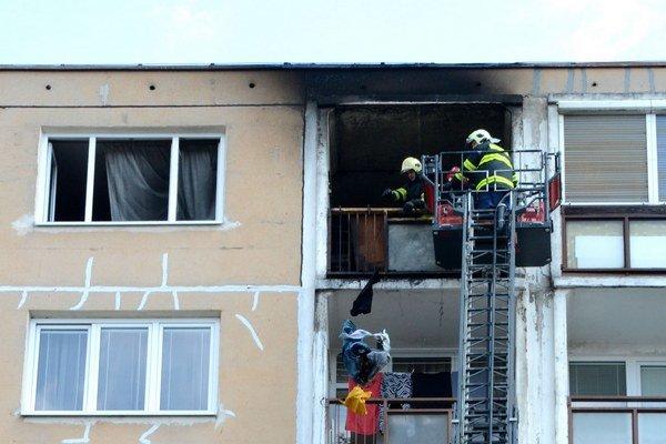 Hasiči sa dostali do bytu vďaka vysúvaciemu rebríku.
