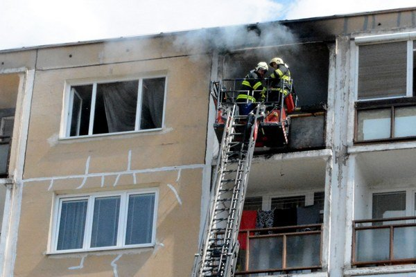 Hasiace práce. Napriek snahe hasičov, má majiteľ obrovskú škodu.