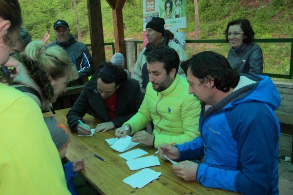 Hviezdy na dosah. Tí, čo ich dážď neodradil, získali podpisy aj fotky s hercami.