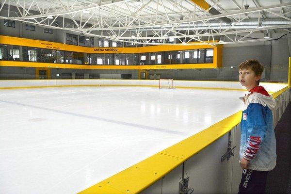 Nová ľadová plocha. Na dvoch poschodiach zázemia útulného štadióna (v pozadí) sa ešte pracuje. Bude tam i reštaurácia.