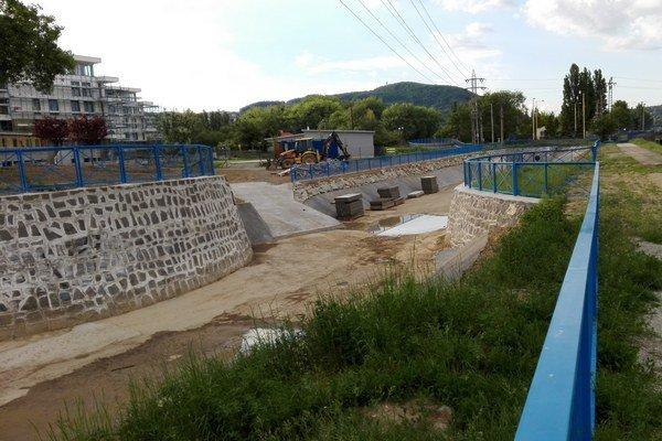 Mlynský náhon po rekonštrukcii. Práce na hrádzi medzi Mlynským náhonom a Hornádom sú ukončené.