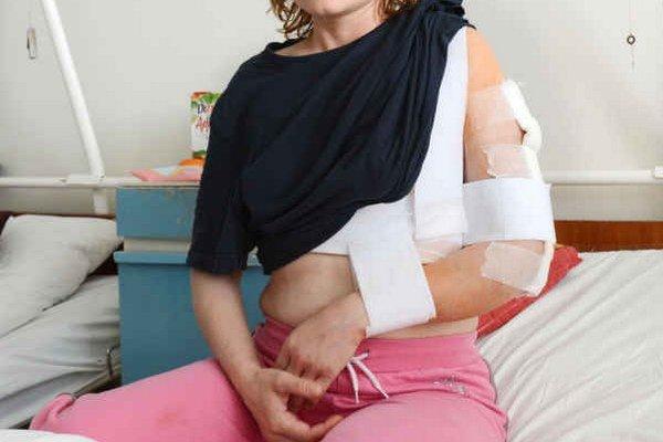 Eva P. po ošetrení v nemocnici. Napadol ju šéf. Zaplatí peňažný trest 500 eur.