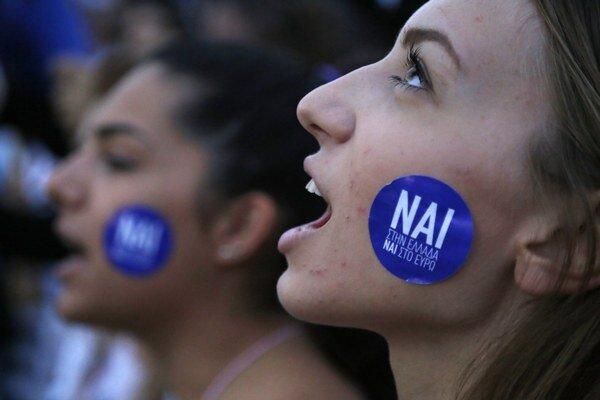 """Na hlavnom aténskom námestí Syntagma v utorok večer protestujú desaťtisíce ľudí, tentokrát """"za"""" reformy a """"za"""" zotrvanie Grécka v eurozóne. """"Nai"""" v preklade znamená """"áno""""."""