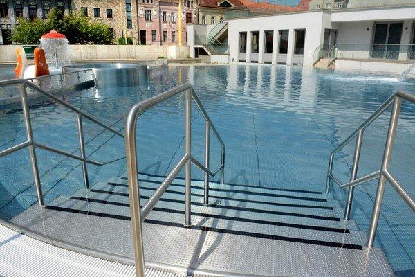 Vstup do bazéna. Bude cez bezpečné protišmykové schody.