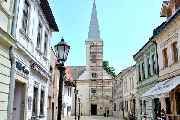 Kalvínsky kostol. Kedysi vojenský sklad, dnes svätostánok získa vynovenú podobu.