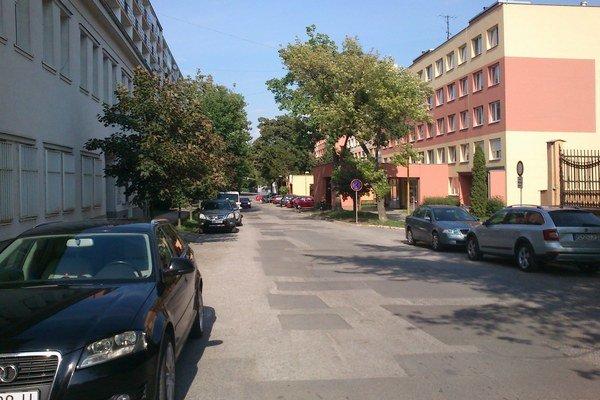 Floriánska ulica. Zadarmo parkovať sa už nebude ani tam.