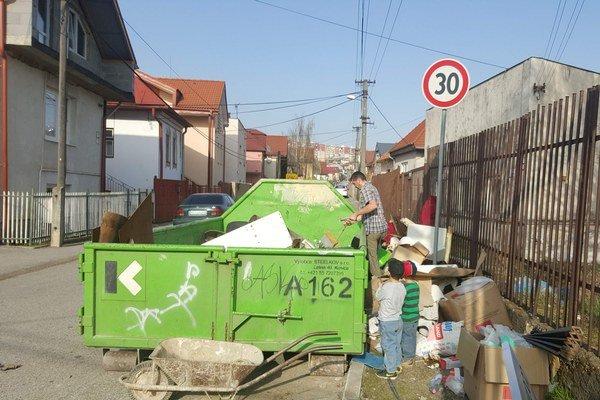 Repná ulica. Kontajner bol plný v priebehu hodiny, odpad pribúdal vedľa neho.