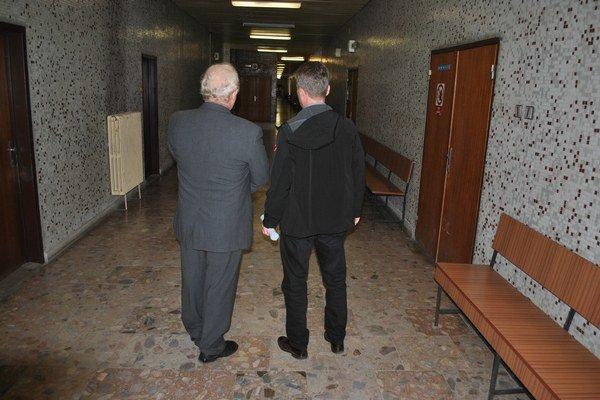 Porada pred vynesením rozsudku. Vľavo František C., vpravo Milan B.