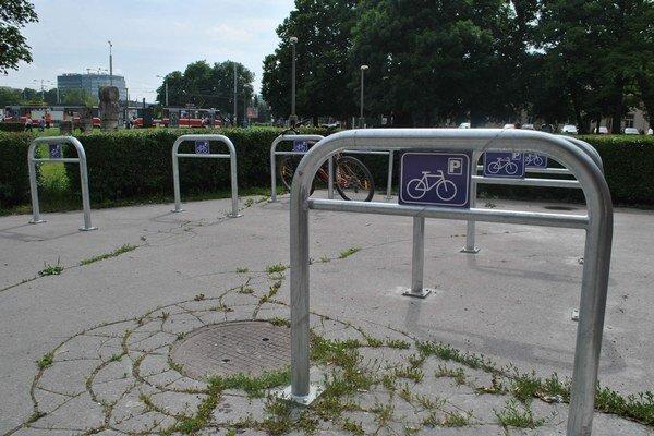 Pohľad na Staničné námestie. V blízkosti stanice sa často potulujú asociáli, preto vznikli obavy o bezpečnosť bicyklov.