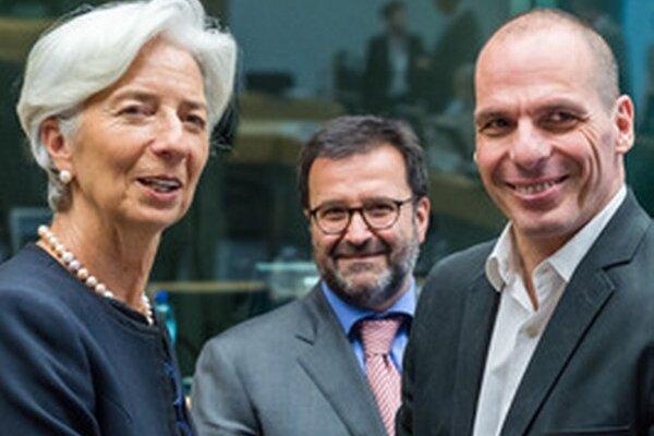 Generálna riaditeľka Medzinárodného menového fondu (MMF) Christine Lagardeová (vľavo) si podáva ruku s gréckym ministrom financií Janisom Varufakisom počas mimoriadneho rokovania euroskupiny v Bruseli.