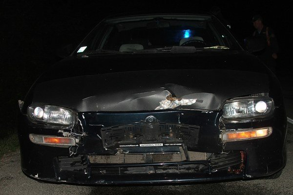 Po náraze. Mazda skončila s pomliaždenými plechmi.
