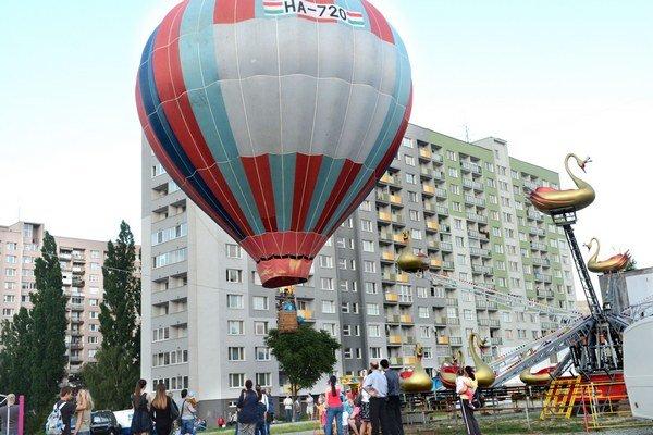 """Opäť vzlietli. Nebo nad Košicami po roku """"posiali"""" pestrofarebné balóny."""