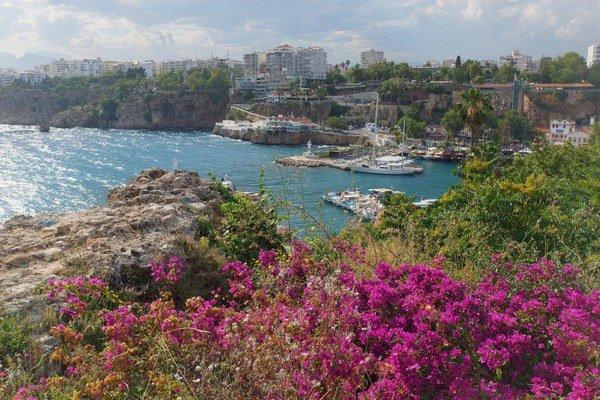 Prístav v Antalyi. V maličkom prístave kotvia luxusné jachty i výletné lode pre turistov.