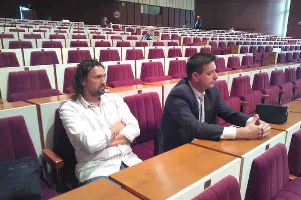 Napätie krátko pred hlasovaním. Konateľ Domova Terasa Igor Hudák (vľavo) napokon odišiel zo zastupiteľstva sklamaný.
