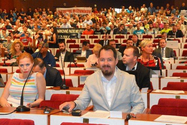 Uznesenie prešlo o tri hlasy. Grüllingová, Brixi aj celý klub Smeru hlasoval ako jeden muž.