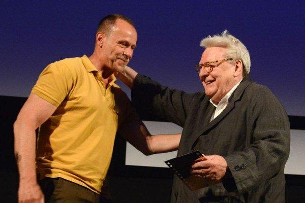Alan Parker s ocenením Zlatá kamera, ktoré prebral z rúk Karla Rodena.