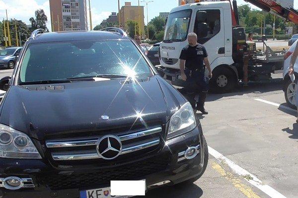 Bezradní mestskí policajti. Staré odťahové vozidlo nemalo šancu dvihnúť ťažký luxusný mercedes.